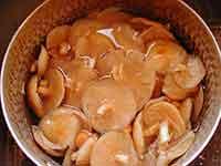 鍋に水を入れ、下処理済みのなめこを入れる。