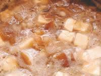 采の目に切った豆腐と、大根おろしを加えます。