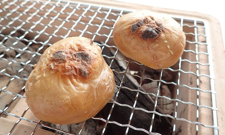 焼いて食べる「栃餅」です。
