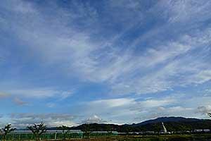 月山と葉山と空