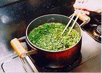 大きめの鍋にお湯を沸騰させ、あけびの芽をさっと茹でます。
