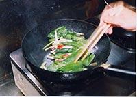 フライパンに油を熱し、切った行者にんにくを入れます。