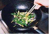 塩で好みの味に仕上げながら炒めます。