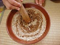 すり鉢でくるみをすり、砂糖としょうゆで好みの味に仕上げます。